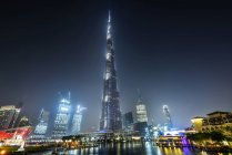 DUBAI, EMIRATOS ÁRABES UNIDOS - 7 de octubre de 2016: Famosa torre Burj Khalifa por la noche . - foto de stock