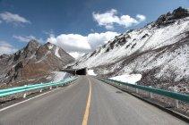 Пустые шоссе и красивые горные пейзажи в Синьцзяне, Китай — стоковое фото