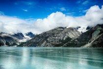 Удивительный пейзаж с заснеженными горами на Аляске — стоковое фото