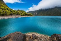 Amazing landscape with calm blue lake and scenic mountains in Tibet — Stock Photo