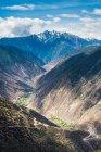 Vista aerea della strada tortuosa e delle montagne panoramiche, il Tibet Basu gira 72 paesaggi montani — Foto stock