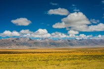 Удивительный пейзаж с горами и ваннами под голубым небом — стоковое фото