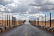 Empty Qinghai-Tibet Highway at cloudy day — Stock Photo