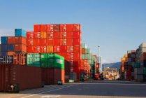 Краны и грузовые контейнеры в гавани в Шэньчжэне, Китай — стоковое фото