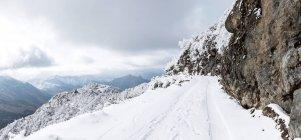 Neve em montanhas cênicas. incrível paisagem de inverno — Fotografia de Stock
