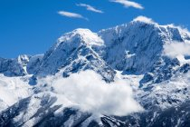 Amazing natural view with snow-covered mountains and blue sky, Tibet — Stock Photo