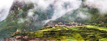 Beautiful landscape with buildings in mountain slope, Gannan, Gansu, China — Photo de stock