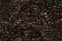 Вид с воздуха на Буддийский колледж Вумин ночью в округе Седа, провинция Сычуань, Китай — стоковое фото