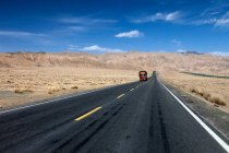 Traffic on Qinghai-Tibet Highway and beautiful mountains at daytime — Photo de stock