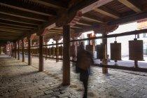 Невпізнавана особа стоїть у монастирі Самаї (Тибет). — стокове фото