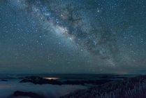 Atemberaubende schneebedeckte Berge und majestätischer Sternenhimmel in der Nacht — Stockfoto