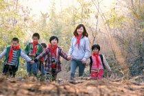 Attività all'aperto per insegnanti e studenti cinesi di sesso femminile — Foto stock