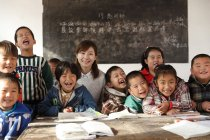 Сільський вчитель і китайські учні сміялися в класі — стокове фото