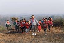 Jovens professoras e alunas de escolas chinesas brincando na zona rural — Fotografia de Stock