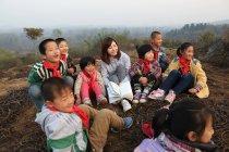Insegnante rurale e alunni in apprendimento all'aperto — Foto stock