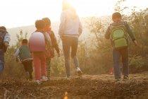 Atividades ao ar livre para professoras rurais e estudantes — Fotografia de Stock