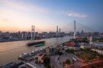 Paysage urbain étonnant et pont de Nanpu à Shanghai — Photo de stock