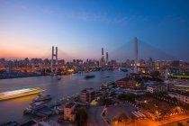 Incredibile paesaggio urbano e ponte Nanpu a Shanghai — Foto stock