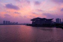 Grand Théâtre Wuxi au coucher du soleil, province du Jiangsu, Chine — Photo de stock