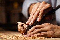 Coup recadré de l'homme pendant la gravure de travail du bois à l'atelier — Photo de stock