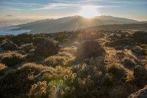 Paysage de montagne incroyable avec des roches et des nuages pendant la journée — Photo de stock
