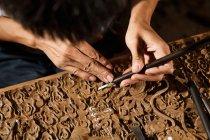 Крупним планом часткове подання азіатської людини під час деревообробної гравіювання на семінарі — стокове фото