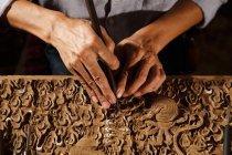Coup recadré e de l'homme asiatique pendant la gravure de travail du bois à l'atelier — Photo de stock