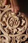 Vue partielle de plan rapproché de l'homme pendant la gravure de travail du bois à l'atelier — Photo de stock