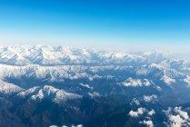 Vista aérea de incríveis montanhas rochosas, nuvens e céu azul — Fotografia de Stock