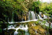 Красива природна сцена з лісом і спокійною водою в провінції Цзяйуґау, провінція Сичуань, Китай — стокове фото