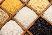 Крупный план различных органических зерновых в коробках — стоковое фото