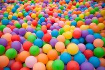 Vista de marco completo de brillantes bolas de colores de fondo - foto de stock