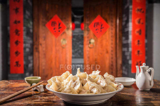 Raviolis chinois traditionnels sur table a servi pour le nouvel an chinois. — Photo de stock