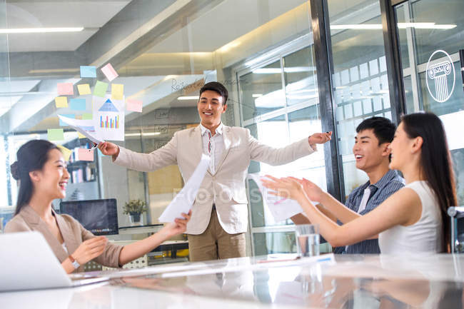 Профессиональная молодая бизнес-команда, аплодируя и празднуя успех на рабочем месте — стоковое фото
