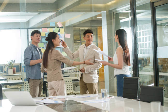 Young professional asian businesspeople working with sticky notes in office — Stock Photo