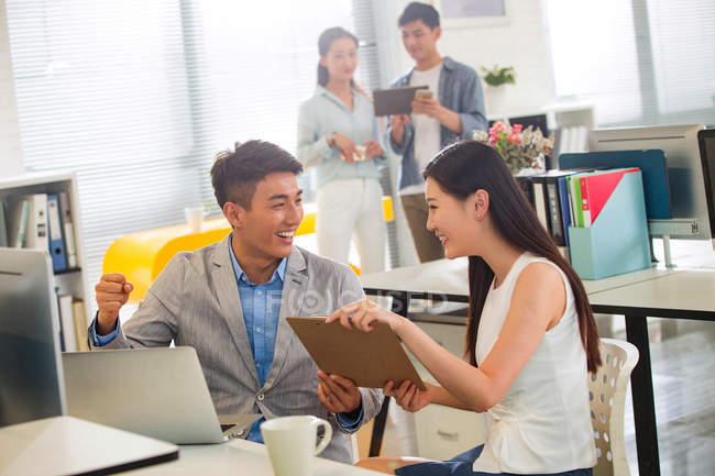 Усміхаючись молоді азіатські бізнесмен і підприємець, що працюють разом в офісі — стокове фото