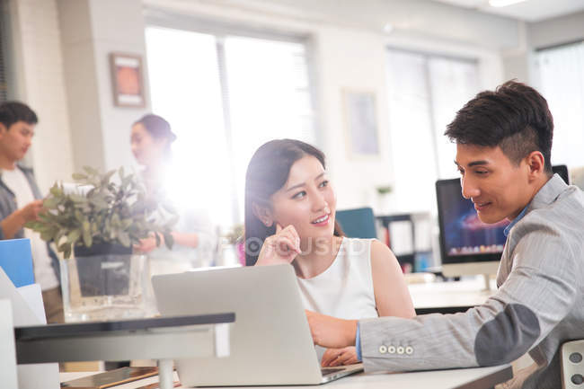 Sorridente giovane professionista asiatico business people working together in office — Foto stock