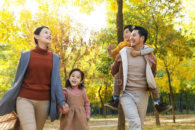 Щасливі молоді азіатські сім'ї з пікнік кошик декілька хвилин разом в Осінній Парк — стокове фото
