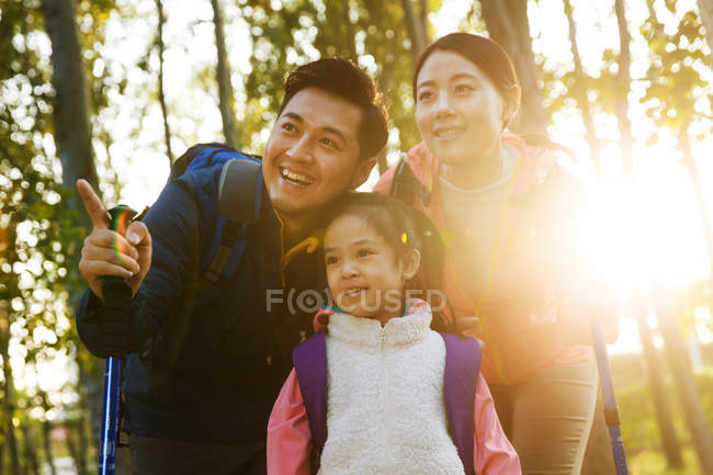 Heureux parents asiatiques et fille hugging en parc automnal — Photo de stock