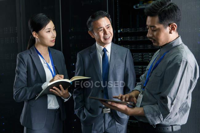 Pessoal técnico que trabalha com tablet digital na inspeção da sala de manutenção — Fotografia de Stock