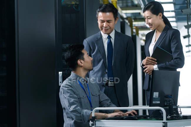 Personal técnico que utiliza ordenador en la inspección de la sala de mantenimiento - foto de stock