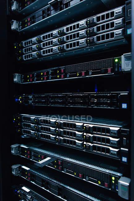 Red de servidores con cables en el centro de datos - foto de stock