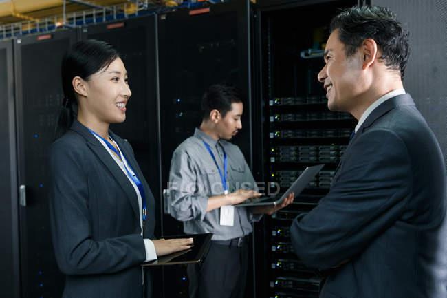 Pessoal técnico profissional que trabalha na inspeção da sala de manutenção — Fotografia de Stock