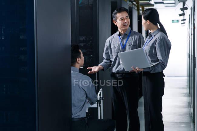 Персонал, работающий с ноутбуком в ремонтной мастерской — стоковое фото