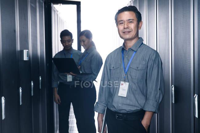 Персонал, работающий в ремонтной комнате — стоковое фото