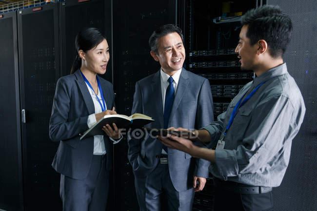 Pessoal técnico conversando e trabalhando na inspeção da sala de manutenção — Fotografia de Stock