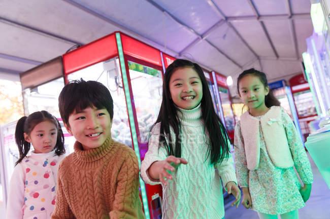 Щасливий хлопчик і дівчата грають разом у спортзалі. — стокове фото