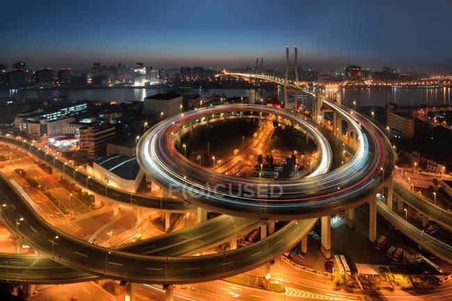 Авіаційний вид Шанхайського мосту Нанпу вночі. — стокове фото