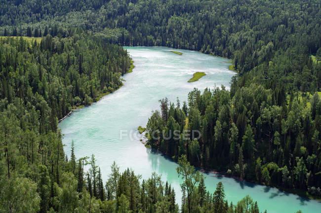 Increíble paisaje en el Geoparque Nacional de Xinjiang Kanas, Condado de Burqin, China - foto de stock