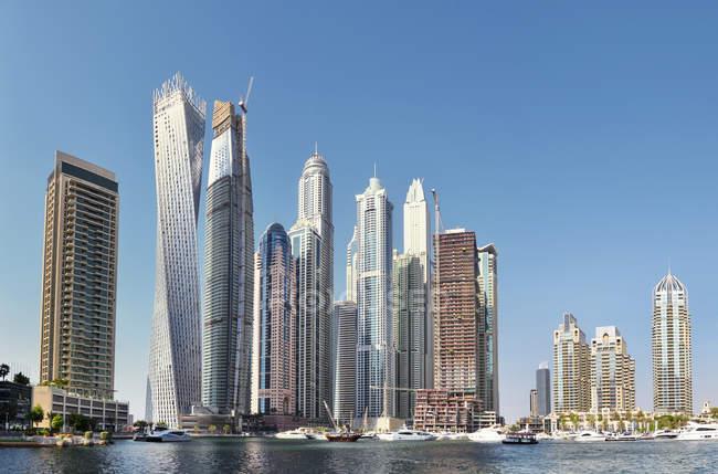 Dubai, United Arab Emirates - Oct 6, 2016: Futuristic buildings in Dubai Marina, United Arab Emirates — Stockfoto